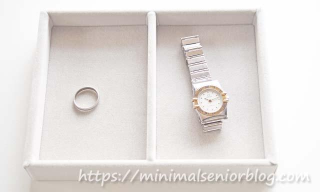 結婚指輪と腕時計の画像