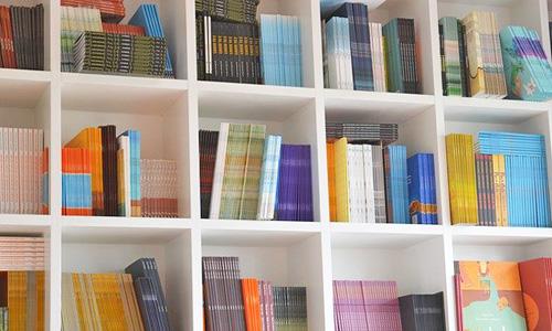 すっきりした本棚の画像