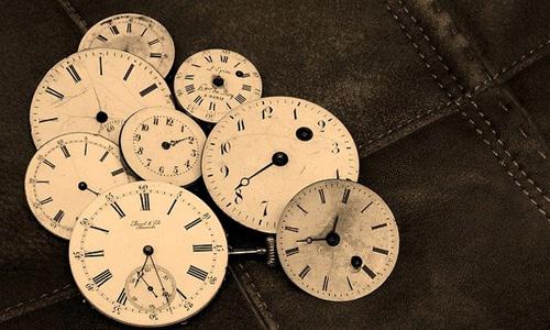 たくさんの時計の画像
