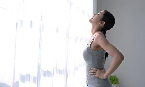 深呼吸する女性の画像
