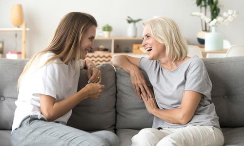 おしゃべりしている女性二人の画像